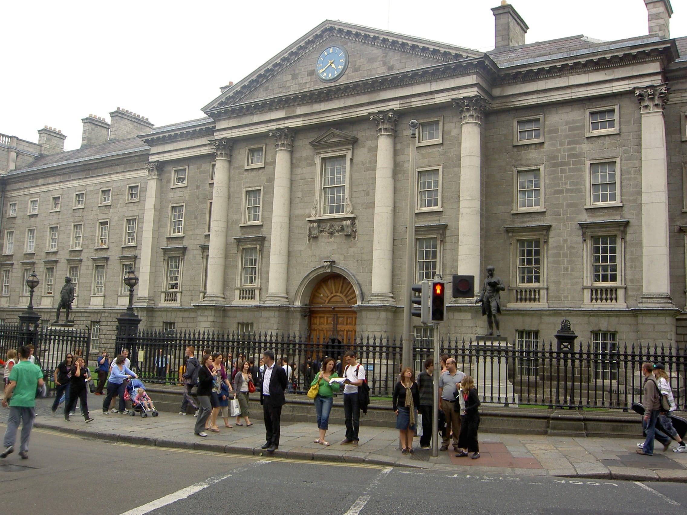 Trinity_College_Dublin_from_street-min